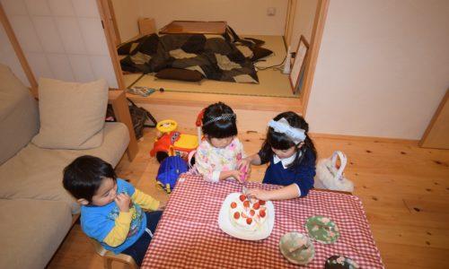 ケーキを切る子どもたち
