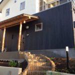 漆喰と木目調サイディング張りの外壁の家