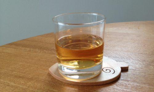 お茶の入ったグラス