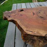 ウッドデッキの上のケヤキのテーブル