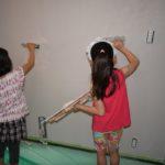 珪藻土を塗る女の子たち