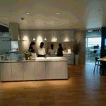 横浜ランドマークショールームでキッチンの説明を聞く人たち