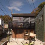 鎌倉の黒のサイディング張りと杉板張り