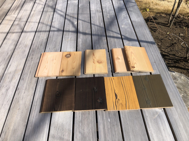 焼杉のサンプルとレッドシダーのサンプル